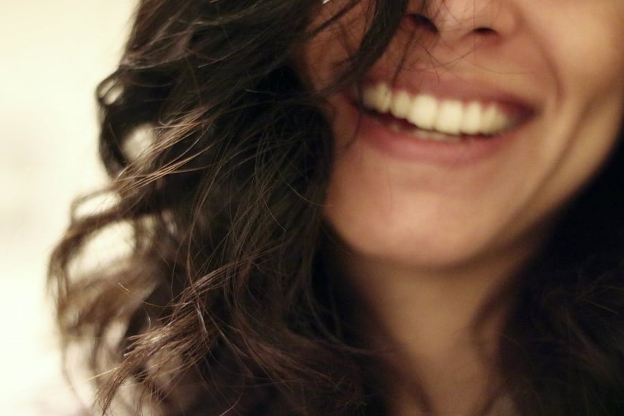 We control our confidence levels and one way to boost your confidence in your smile is to use ingredients that whiten teeth. #smile #beauty #beautytips | How to Whiten Teeth at Home | How to Get Whiter Teeth | Best at Home Teeth Whitener